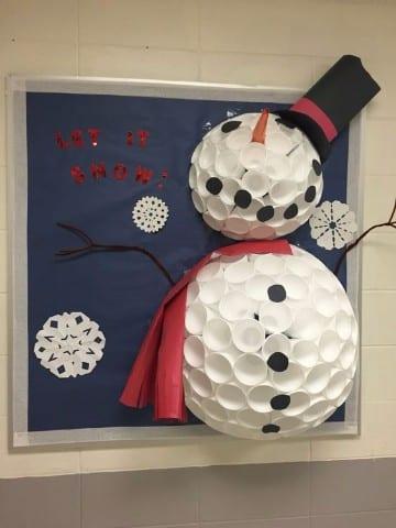muñeco de nieve hecho con vasos descartables