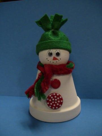 muñeco de nieve hecho con vasos desechables