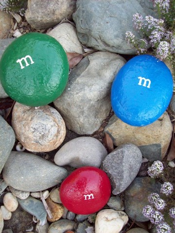 piedras decoradas para jardin a mano