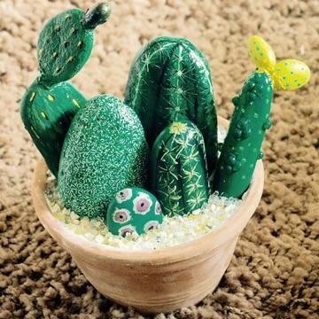 cactus pintados en piedras en flor
