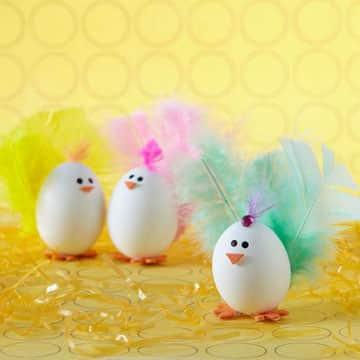 como decorar huevos de pascua facil con plumas