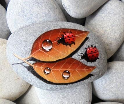 mariquitas pintadas en piedras con hojas