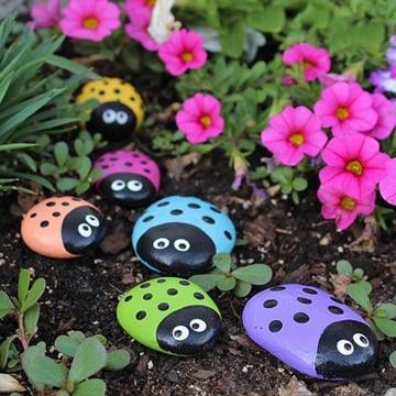 mariquitas pintadas en piedras de colores