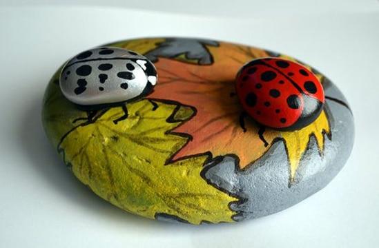 mariquitas pintadas en piedras juntas