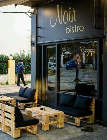sillones con palets de madera en restaurante