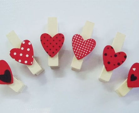 broches de madera decorados con corazones