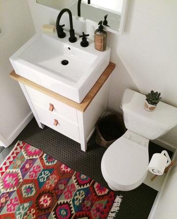 como decorar un baño sencillo con accesorios