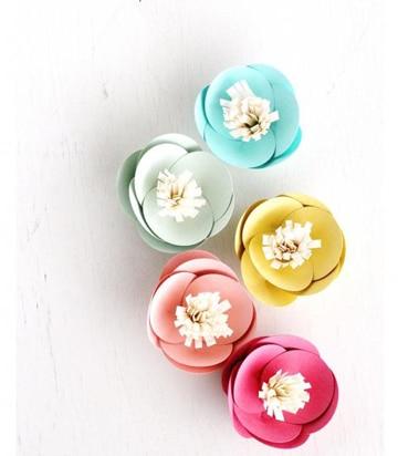 como hacer flores en cartulina decorativas