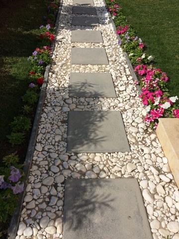 caminos de piedra para jardin angosto