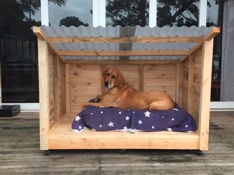 cama de perro con palets con techo