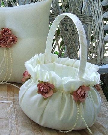 Las canastas decoradas para bautizo que inspiran el esp ritu - Decorar cestas de mimbre paso a paso ...