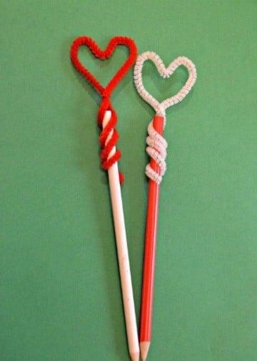 lapices decorados con limpiapipas corazones