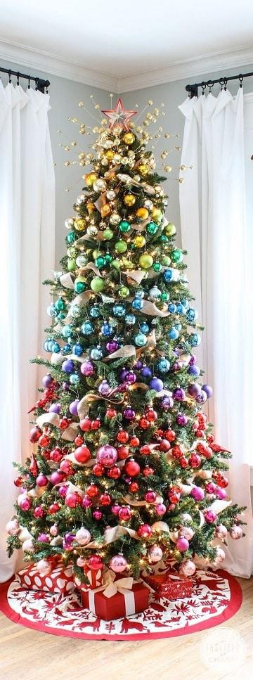 arbol de navidad con regalos con luces multicolores