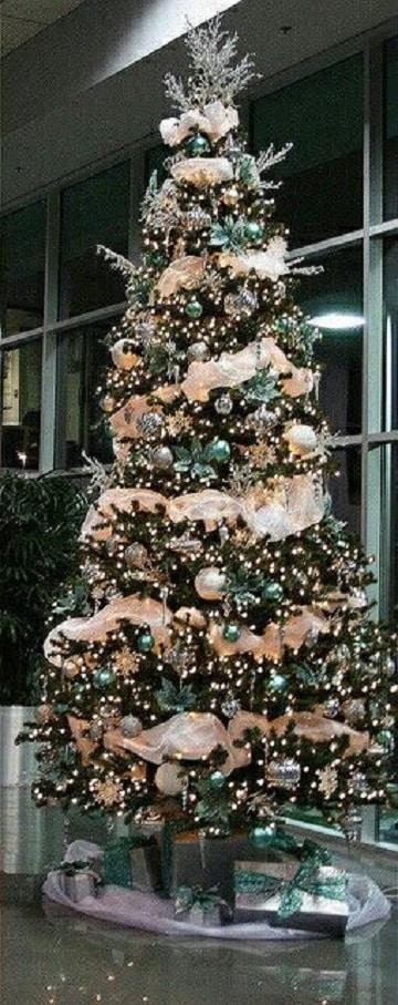 arbol de navidad con regalos decorados