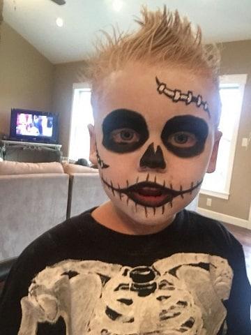 como pintar a un niño de calavera para halloween