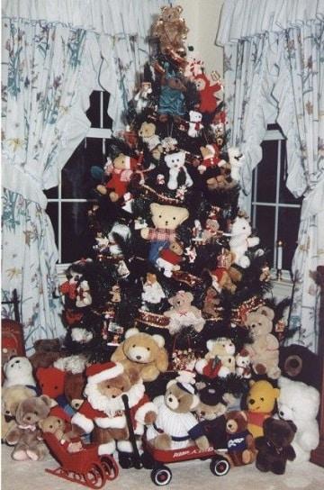 arbol de navidad con peluches hogareños