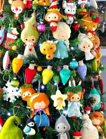 arbol de navidad con peluches para tienda