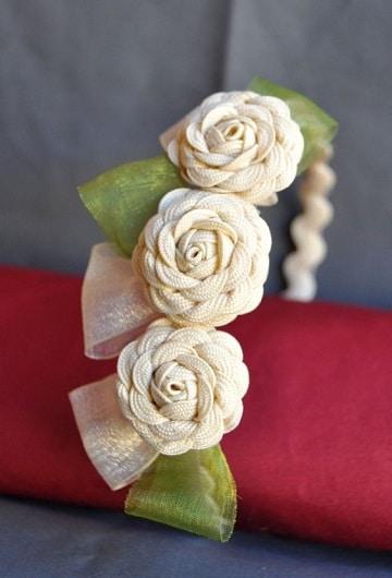 como hacer cintillos de flores con cordones