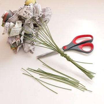 como hacer flores de periodico en ramo