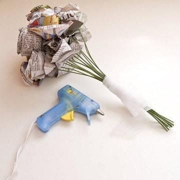 como hacer flores de periodico pequeñas
