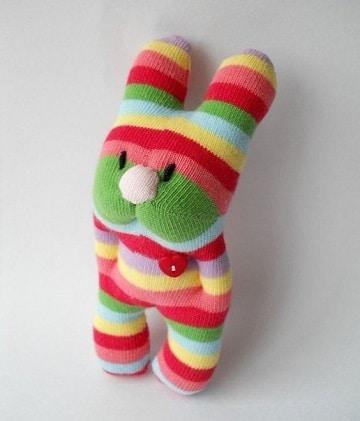 como hacer muñecos con calcetines de colores