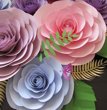 como hacer rosas de cartulina para decorar
