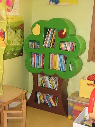 estantes con cajas de carton para niños