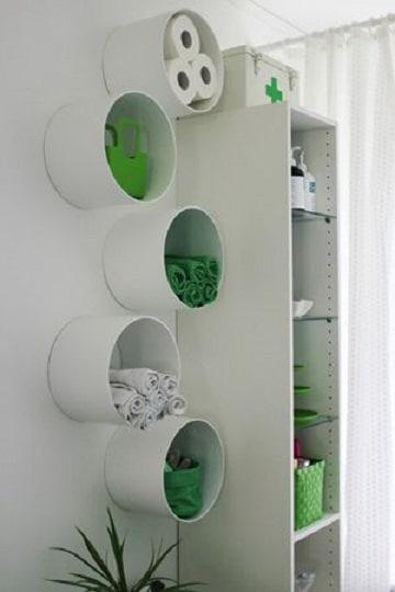estantes con cajas de carton y tubos