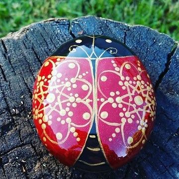 mariquitas pintadas en piedras para adorno