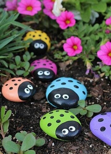 mariquitas pintadas en piedras para jardin