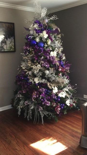 como adornar un pino de navidad en morado