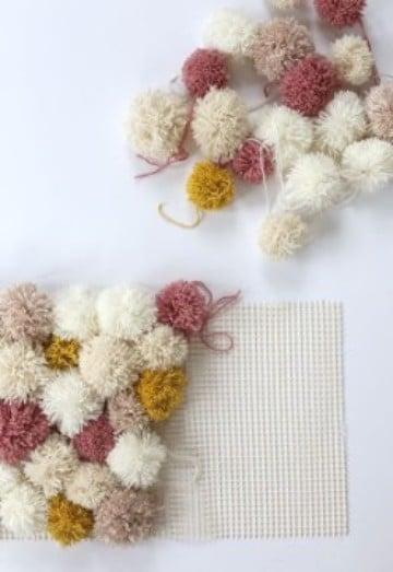 como hacer alfombras a mano pompones