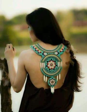 collares en mostacilla indigenas espalda