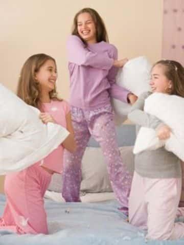 juegos para pijamadas de 11 años guerra de almohadas