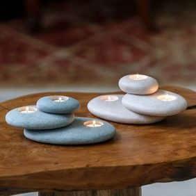 manualidades con piedras de rio candelabro