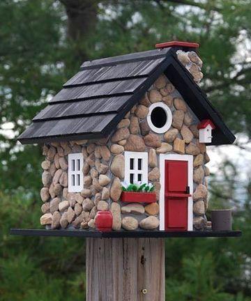 casitas de madera para pajaros con piedra