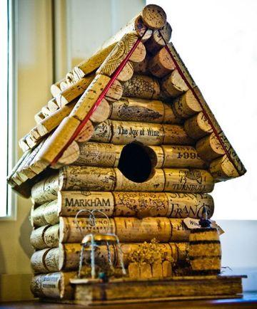 casitas de madera para pajaros con tapas de vino