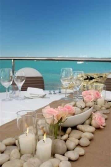 centros de mesa con piedras y flores