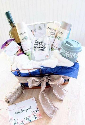 regalos para mamás recientes en cesta