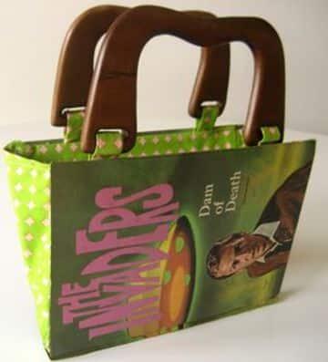 como hacer carteras recicladas con portadas de libros