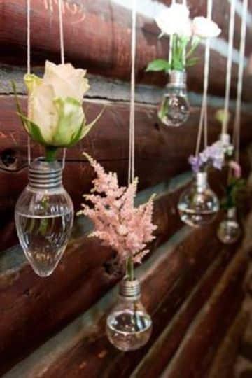 como hacer un florero reciclable con bombillos