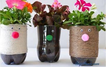 maceteros hechos de material reciclado con botellas de refresco