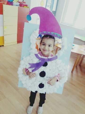 muñeco de nieve con algodon hecho en la escuela