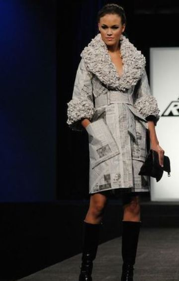 vestidos hechos con periodico tipo abrigo