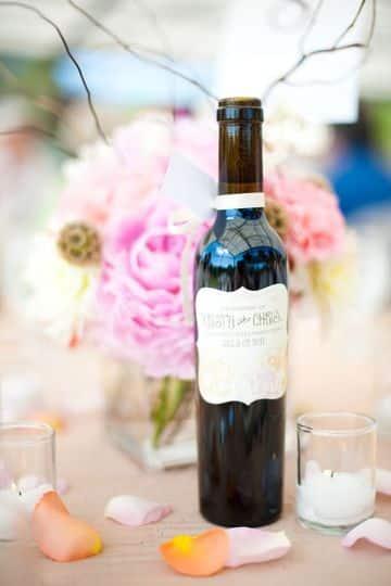 arreglos con botellas de vino para bodas