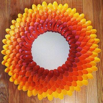 espejo con cucharas de plastico de varios colores