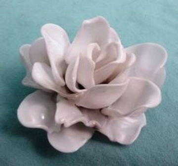 flores con cucharas de plastico pasado por calor