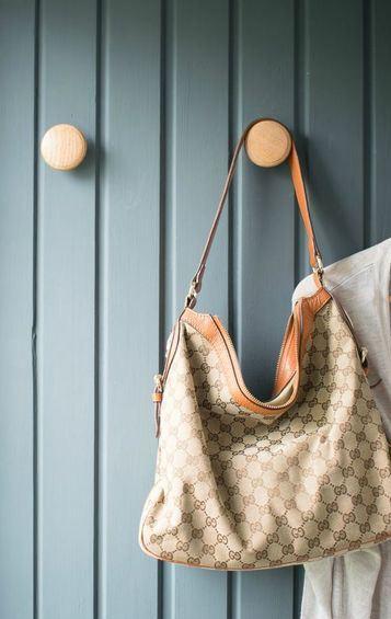 percheros de madera para bolsas faciles de instalar