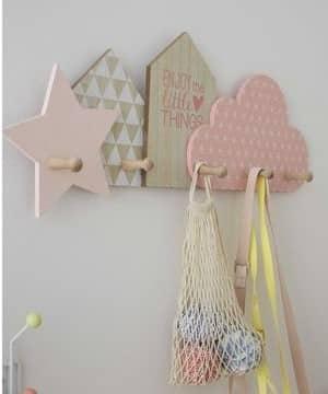 percheros de madera para niños en colores pastel