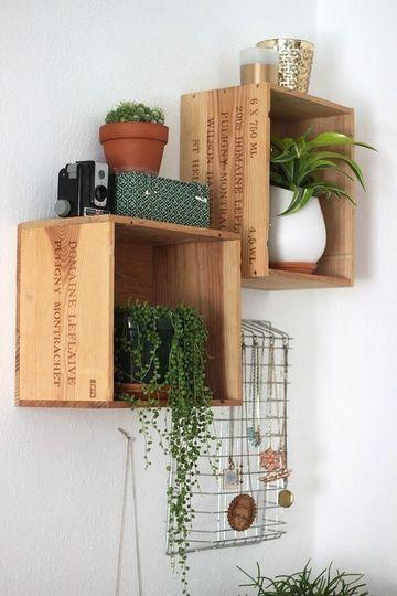 repisas con cajas de madera para el jardin